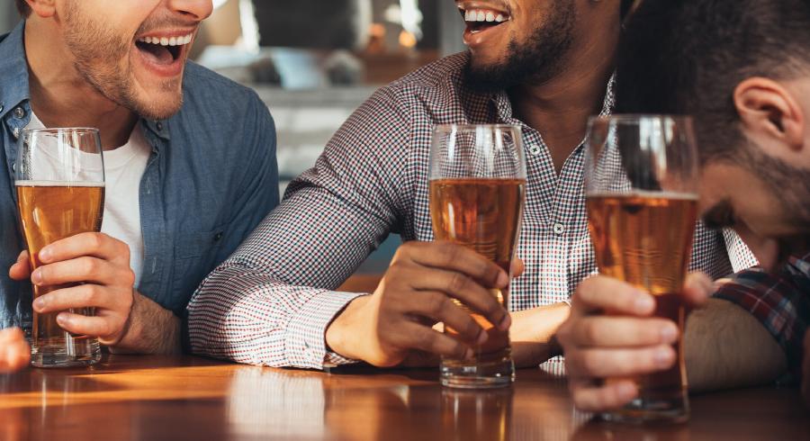Très bon moment entre trois amis autour d'une bière
